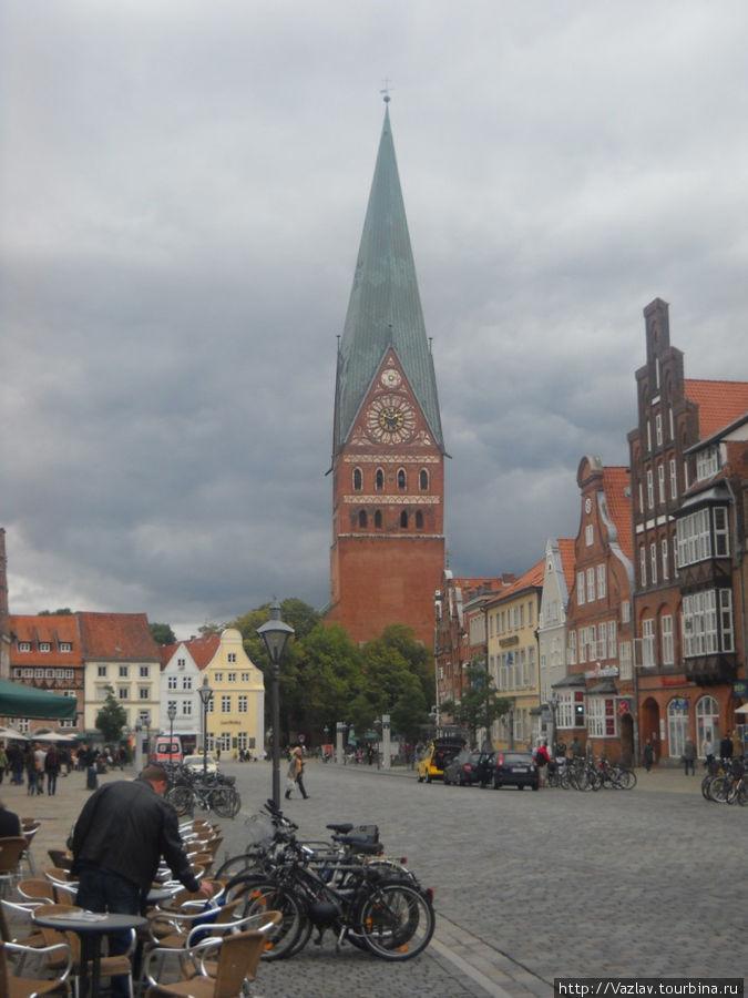 Церковь в конце площади