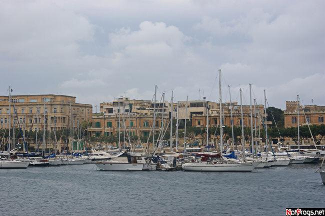 Часть стоянки яхт у острова Маноэль