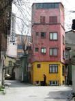 Не знаю, кто догадался покрасить этот дом в квартале Фенер именнго так, но в итоге получился настоящий арт-объект.