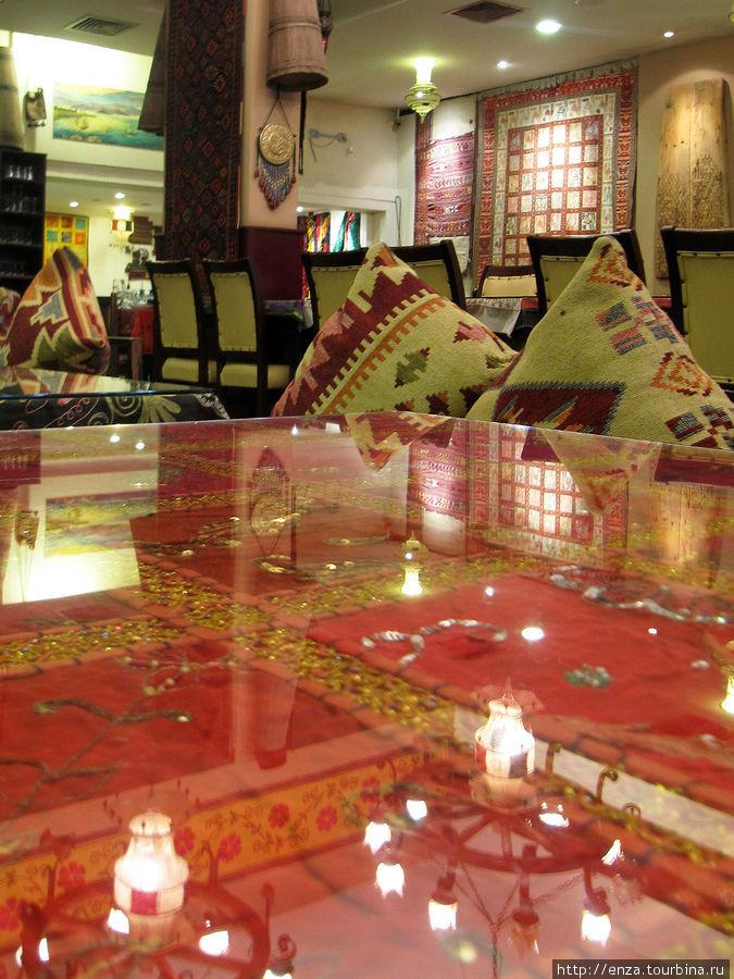 В стамбульские рестораны можно ходить не только ради гастрономических удовольствий, но и ради эстетических. Тут настоящий разгул цвета и полное смешение красок.