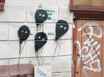 Темное, тяжелое здание и игривые воздушные шарики на стене. И так во всем. Не город, а винегрет из несовместимых вещей.