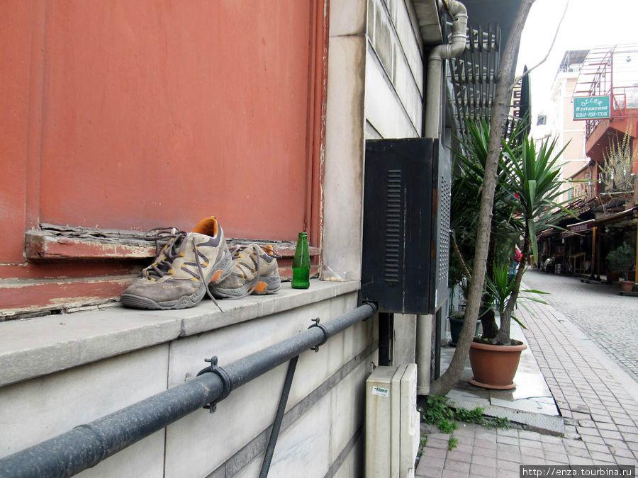 Наше первое утро в Стамбуле. Видимо, кому-то из туристов накануне было весело. Кстати,  когда возвращались вечером, бутылка стояла, а кроссовки исчезли.