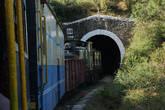 В поезде ехала группа школьников, и в каждом туннеле истошно кричали и визжали.