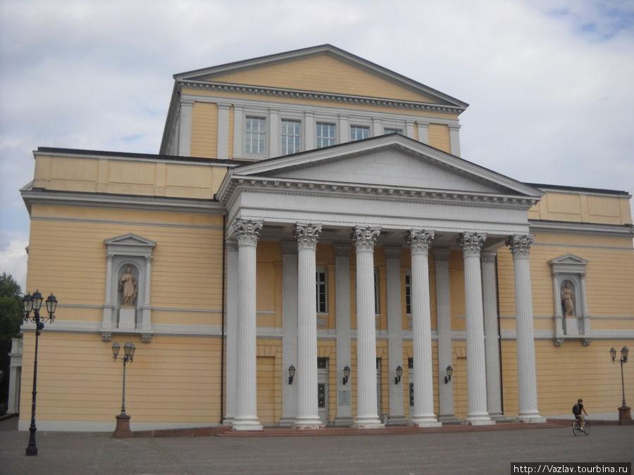 Бывший театр с главного фасада