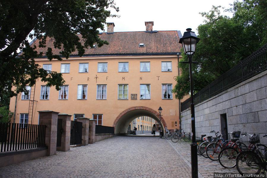 Ворота в университетский городок.