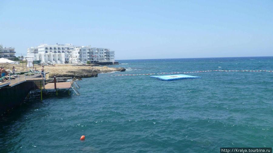 В Кирении мы убедились что в море  в основном надо спускаться с бетонной платформы а загорать на надувном плоту.