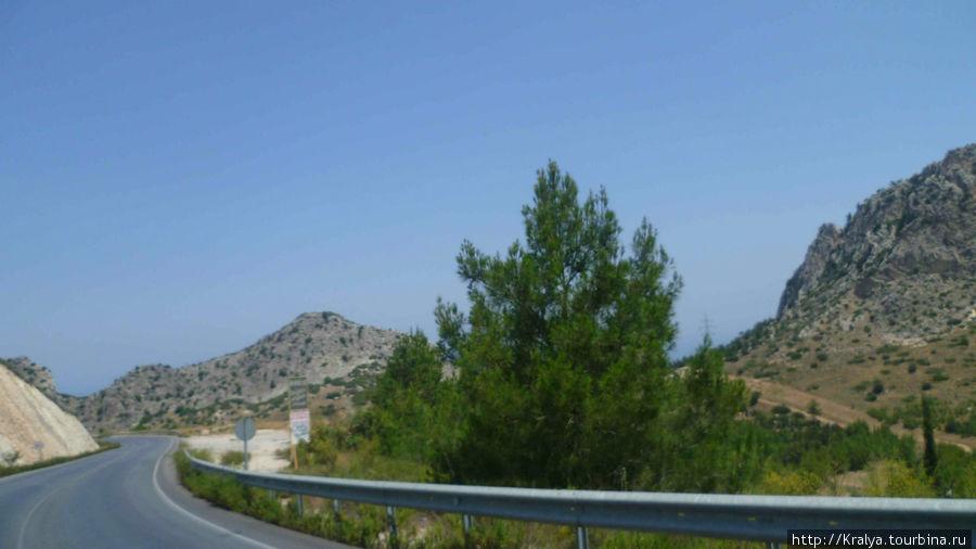А такими пейзажами мы любовались по пути в Кирению.