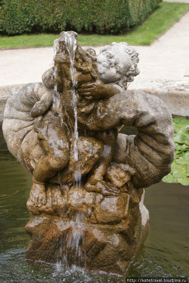 Фонтан в виде статуэтки Путти, изображающей морское чудовище