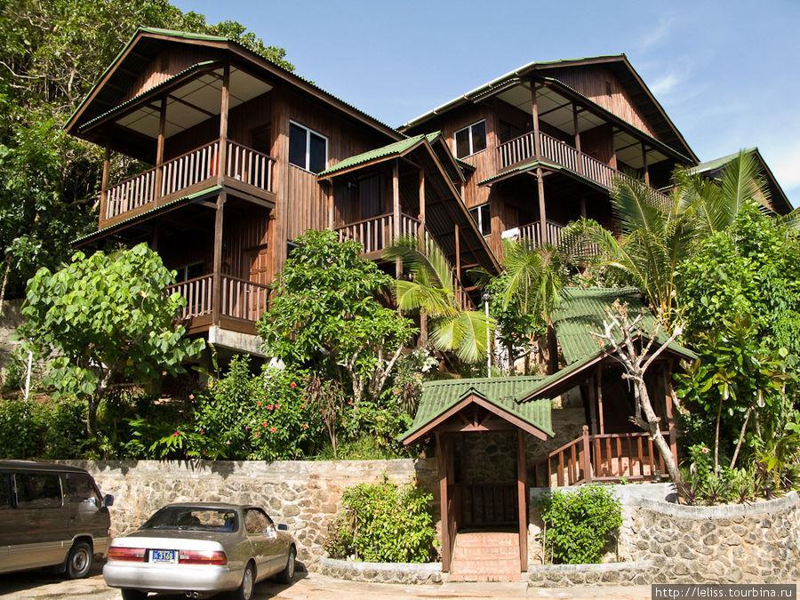 Отель представляет собой множество отдельных котеджиков, расположенных на разных уровнях на холме.