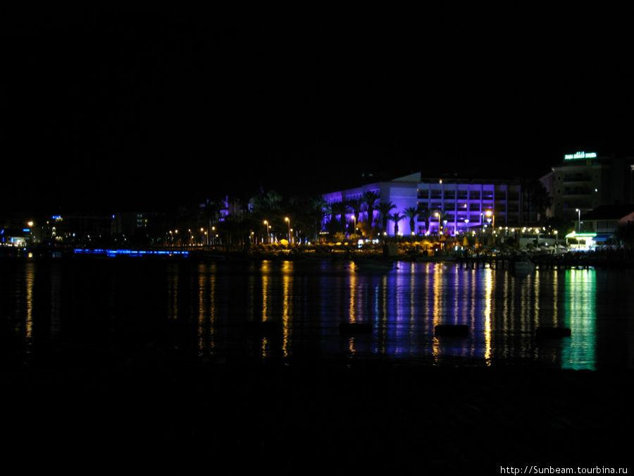 Вид на отель ночью. В жизни гораздо красивее