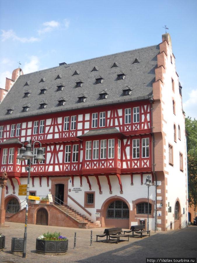 Парадный фасад дома