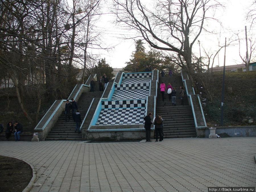 «Шахматная» лестница ведет на берег реки Салгир