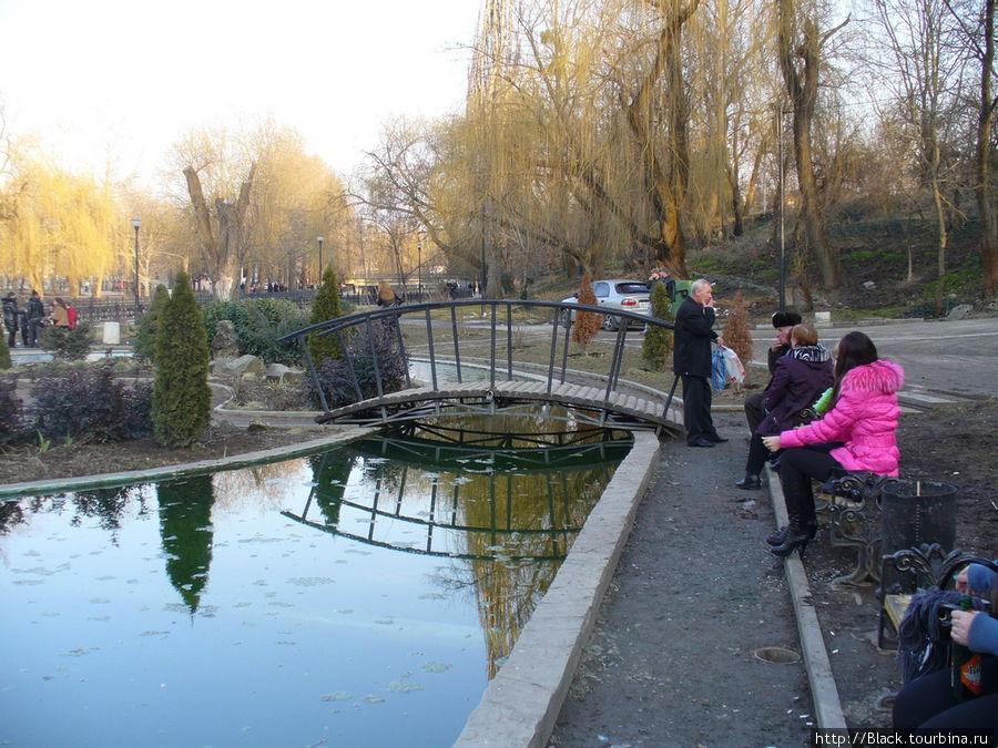 Популярное место для отдыха на реке Салгир под «шахматной» лестницей