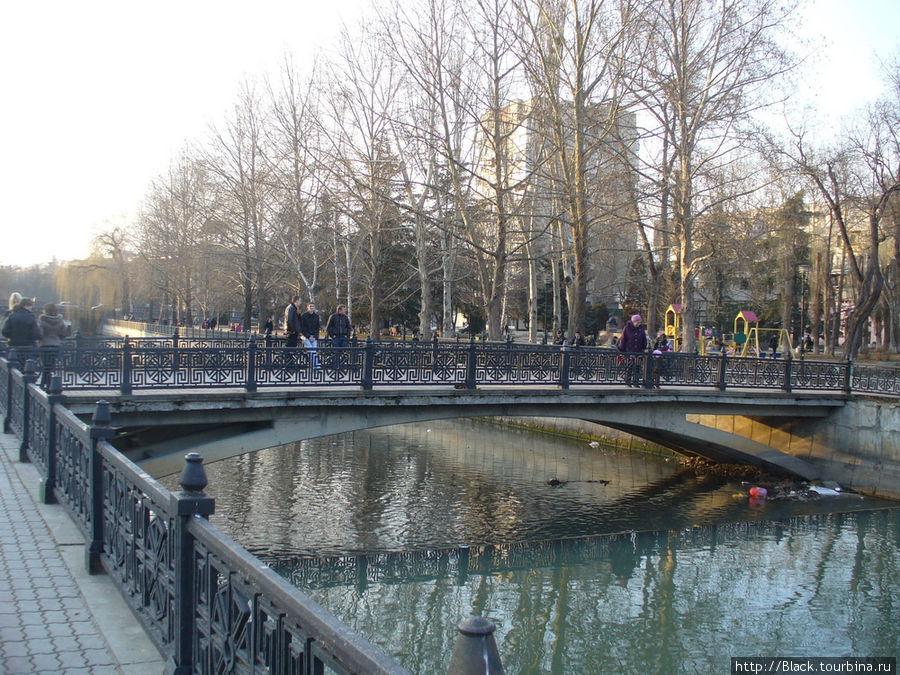 По мосту переходим реку Салгир