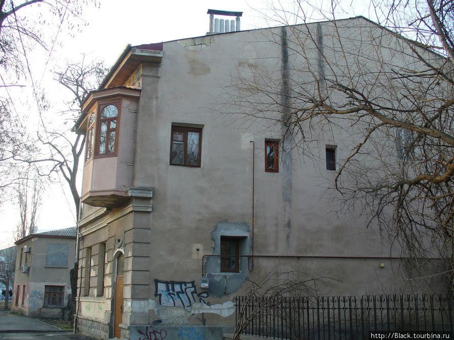 Старые дома на правом берегу реки