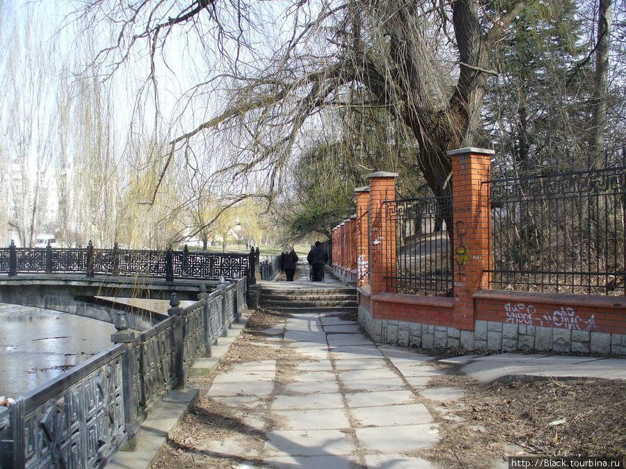 Ограда из красного кирпича, за которой скрывается Салгирский парк