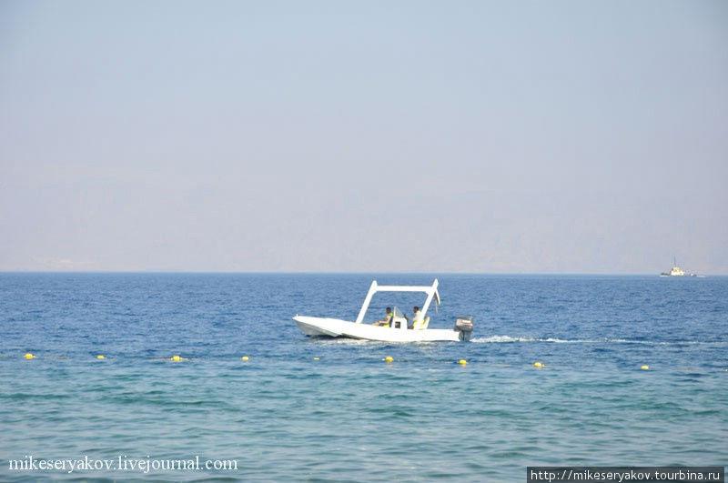 Катер в прибрежных водах