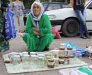 Грустная таджикская тетушка продает пустые банки.