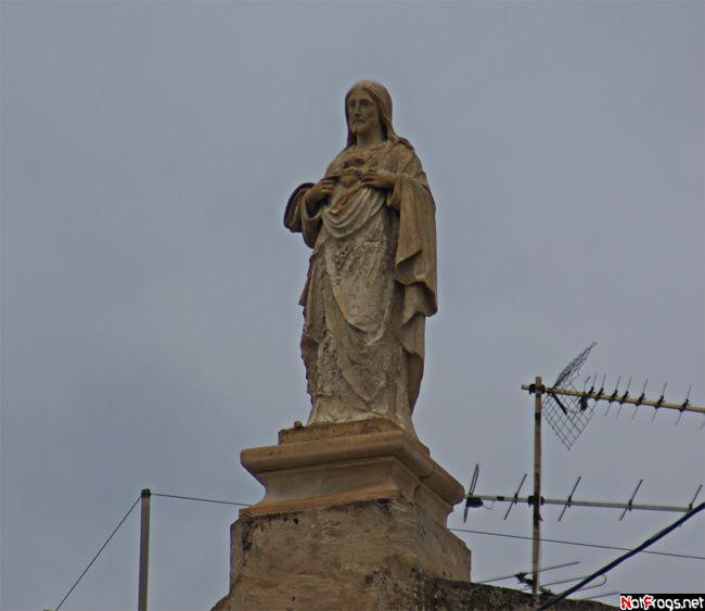 Статуя на фасаде дома в Хамруне