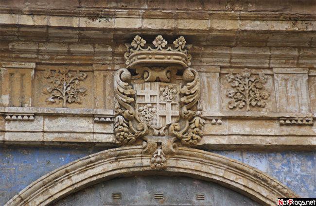 Практически на каждом здании есть чей-либо герб