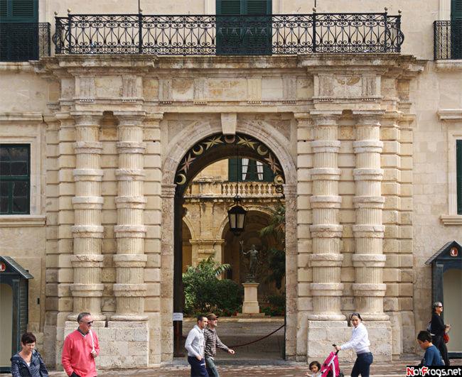 Вход в дворец Грандмастера