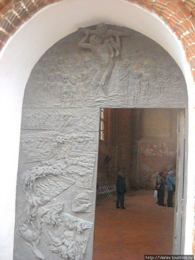 Вход в церковь; на заднем плане видно, какой разгром царит внутри
