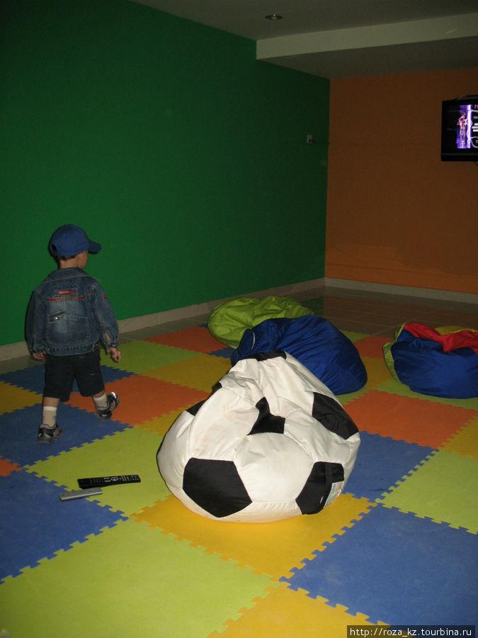 комната с ТВ (справа вверху) в детском клубе
