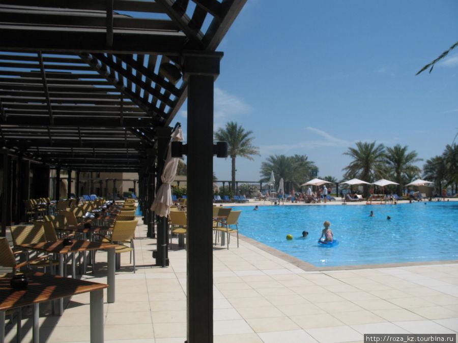 огромный бассейн и слева кафе у бассейна