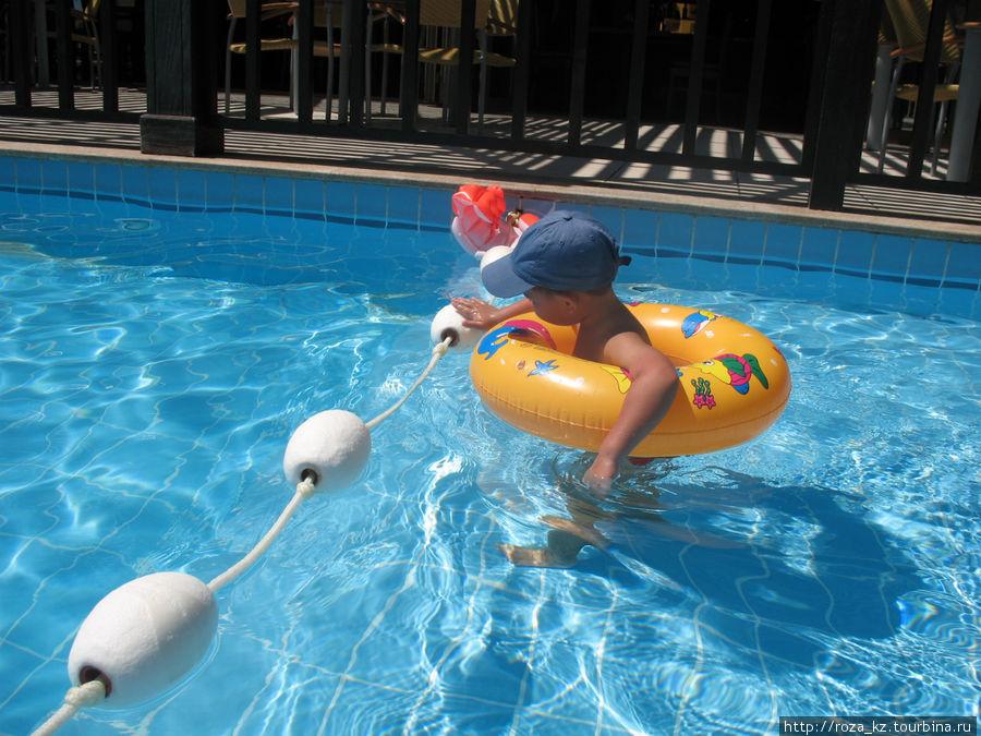 детская часть взрослого бассейна, за ограждением, примерно через 20-30см, глубже