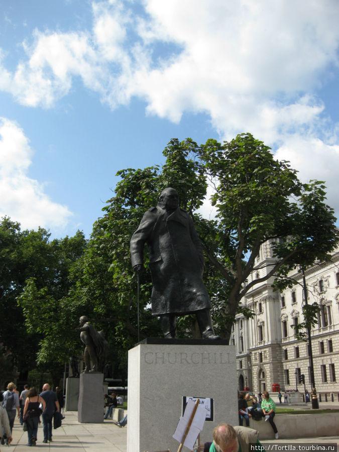 Лондон. Памятник Черчиллю на пл. Вестминстера