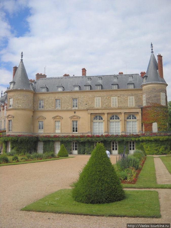 Боковой вид на дворец; башни хорошо видны