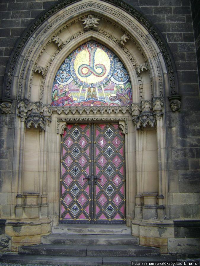 Ещё одна дверь в церковь
