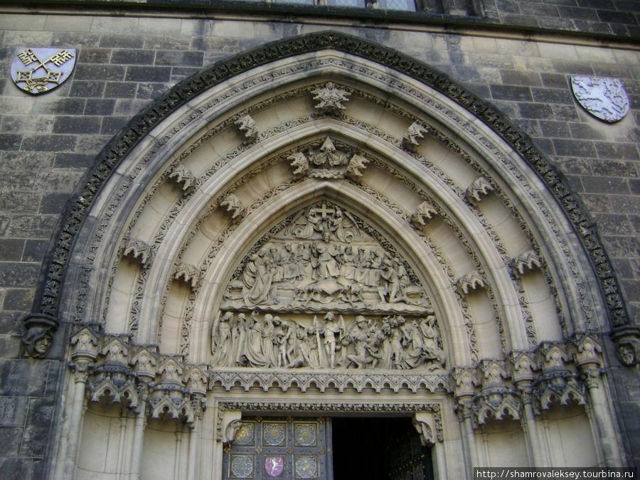 Центральный вход в базилику