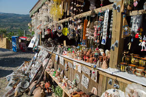Дорога с холма и сувенирные магазины.