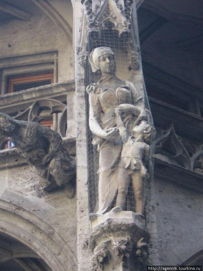 Скльптуры на фасаде