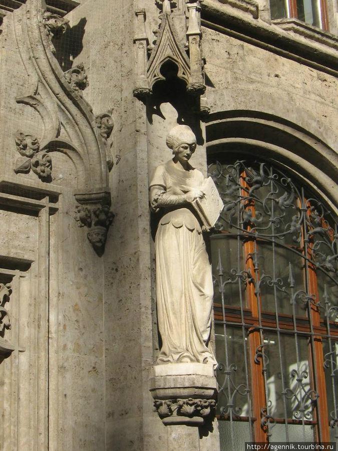 Скльптура чиновницы с гроссбухом