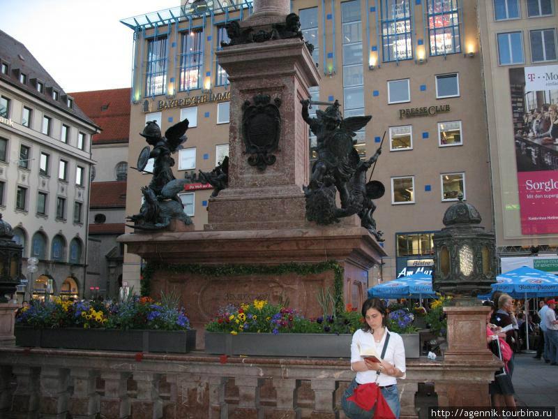 Фигуры детей на постаменте — символы победы над Голодом, Войной, Чумой и Ересью