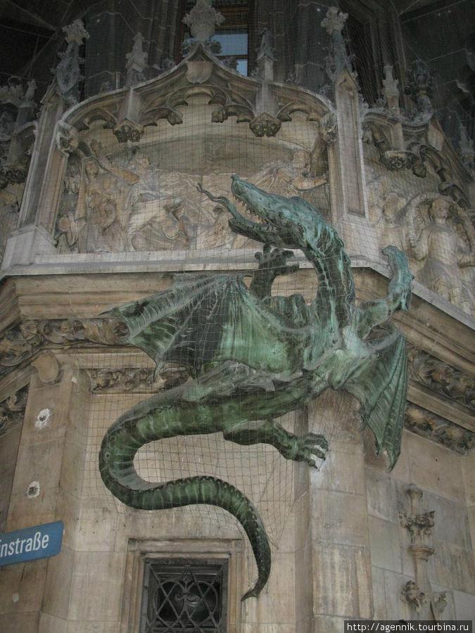 Дракон на фасаде
