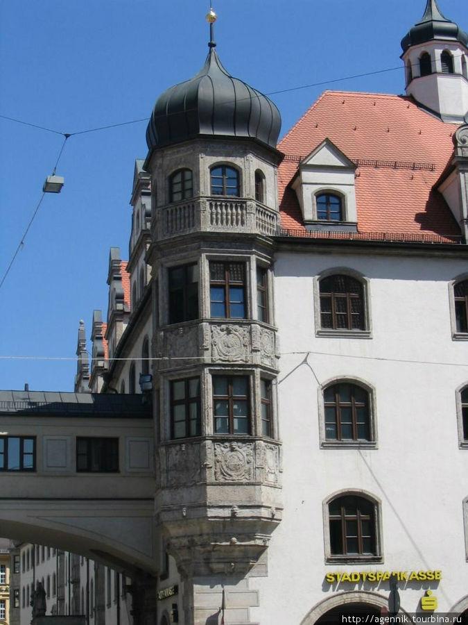 Шпркассештрассе — улица сразу за Старой Ратушей, видна галерея, соединяющая здание с ратушей