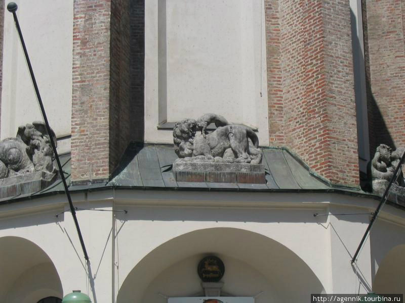 Скульптуры на соборе Св. Петра