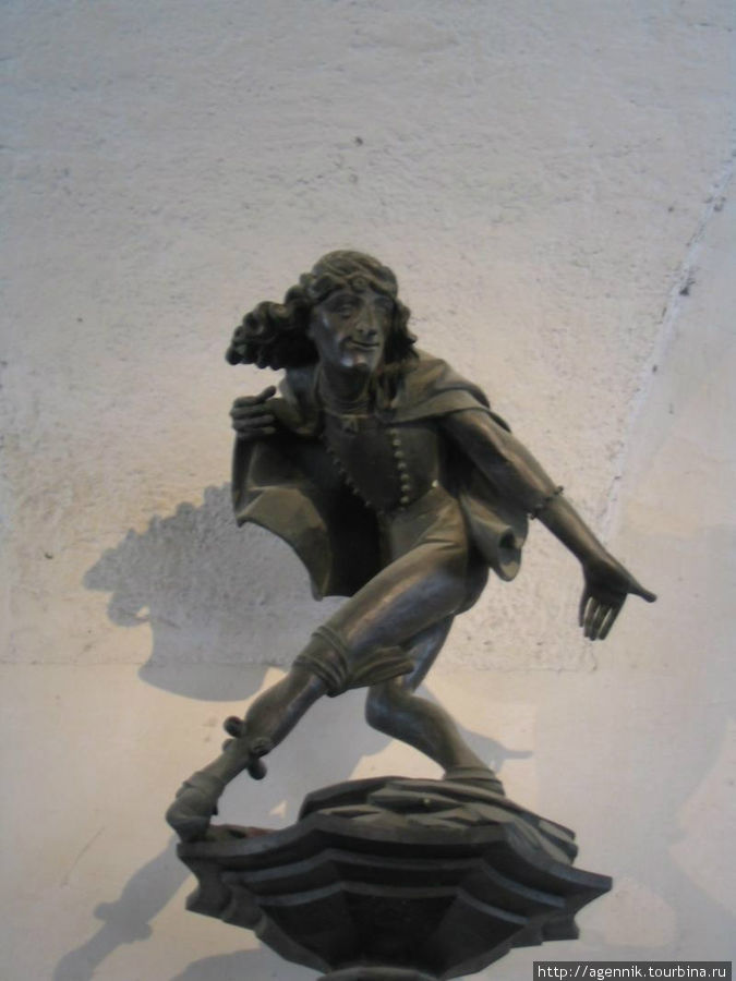 Фигурка танцора на воротах Ратхауса