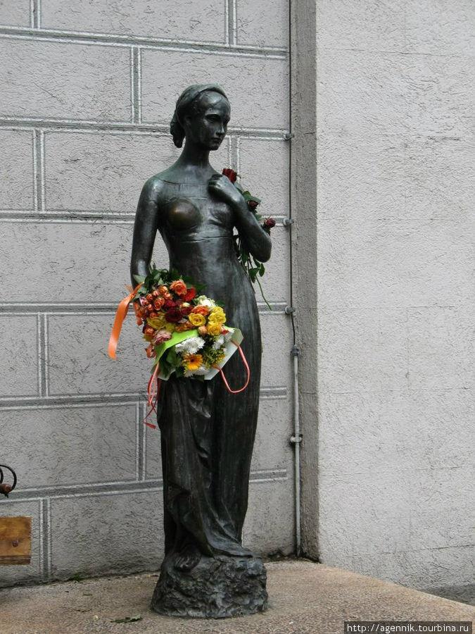 Джульетта возле Старой Ратуши — подарок Вероны. Всегда со свежими живыми цветами.