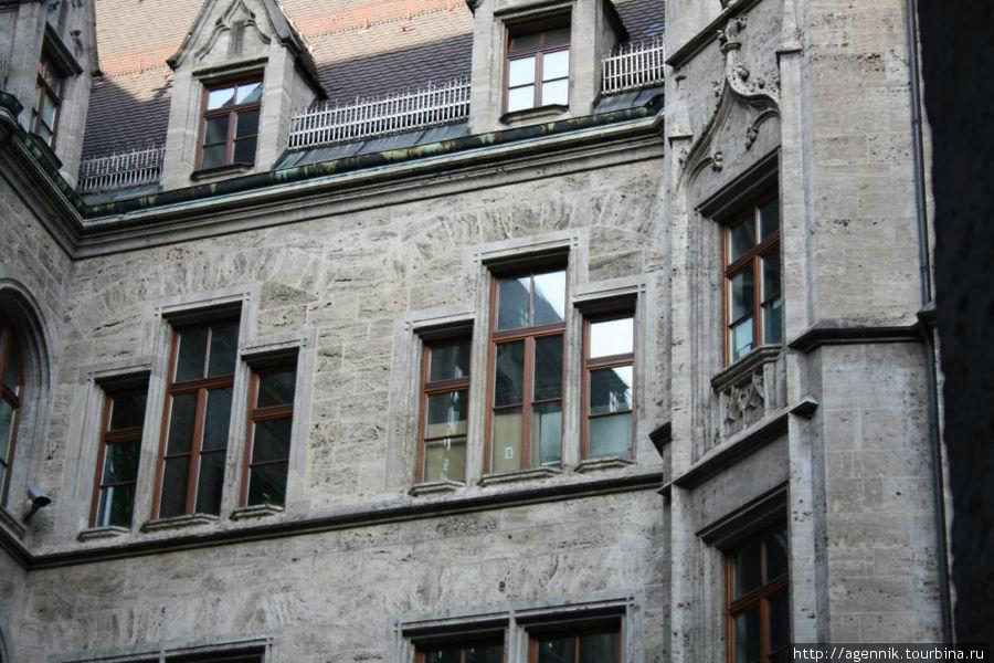 Окна не в готических традициях — это уже скорее предвестие югенштиля
