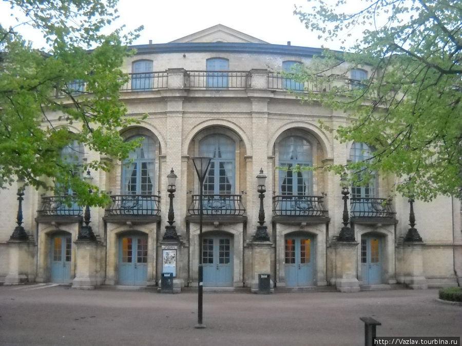 Парадный фасад театра