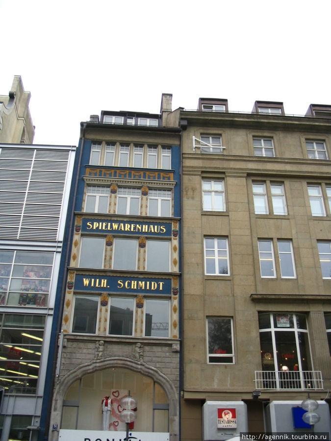 Магазин принадлежностей для игр — одно из уцелевших старых зданий
