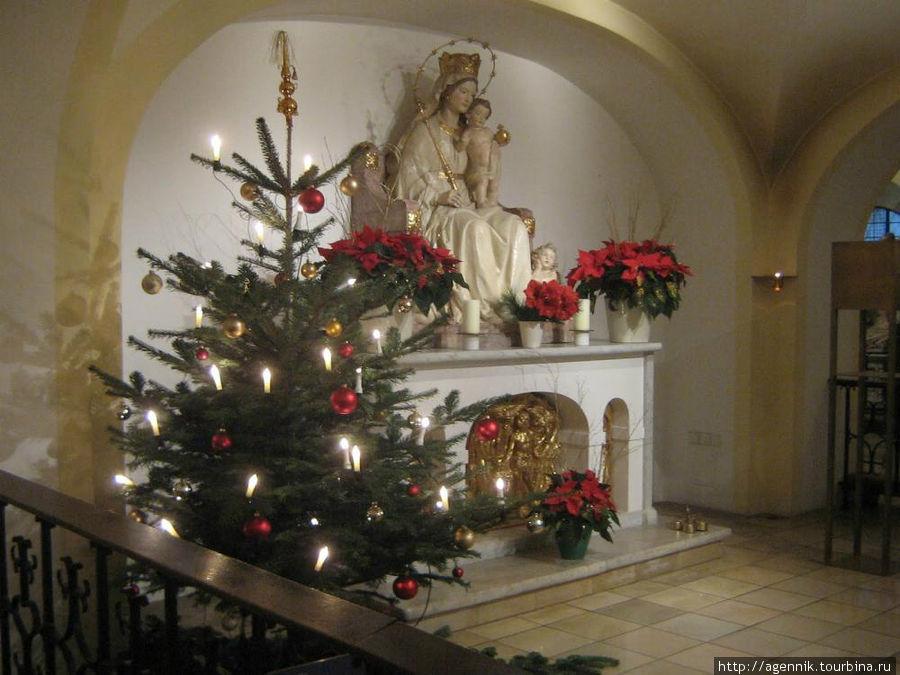Бюргерзал. Алтарь нижней кирхи в Рождественские дни