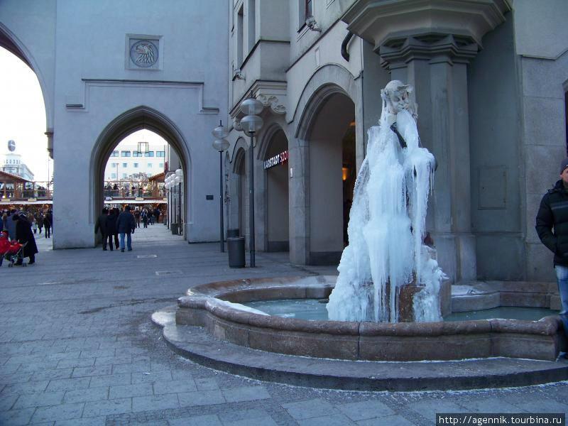 Тот же фонтан зимой в сильный мороз