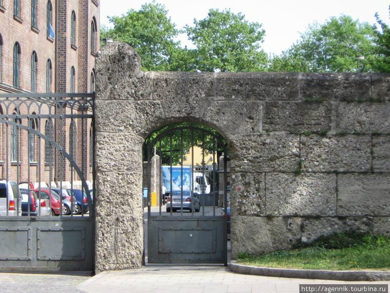 Дворец Правосудия — ворота