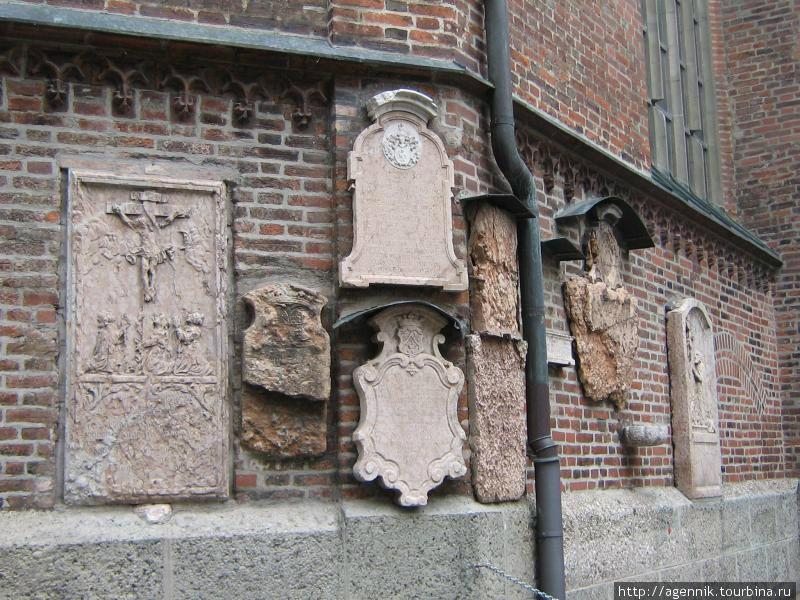 Внешняя сторона — могильные плиты епископов и клира