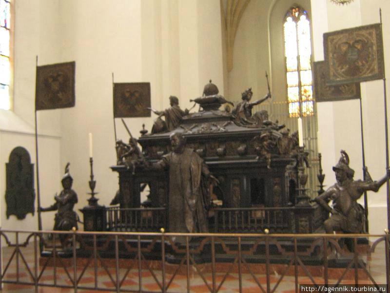 Гробница-ксенотаф (без захоронения) Людвига Баварского Людвига IV. Людвиг Баварский и его жена похоронены в склепе в алтарной части